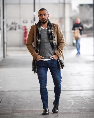 Wie kombinieren: camel Mantel, grauer Pullover mit einem Rundhalsausschnitt, weißes Langarmhemd, dunkelblaue Jeans