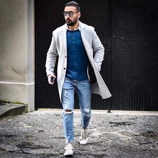 Wie kombinieren: grauer Mantel, blauer Pullover mit einem Rundhalsausschnitt, weißes Langarmhemd, hellblaue Jeans mit Destroyed-Effekten