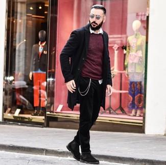 Wie kombinieren: schwarzer Mantel, dunkelroter Pullover mit einem Rundhalsausschnitt, weißes Langarmhemd, schwarze Jeans