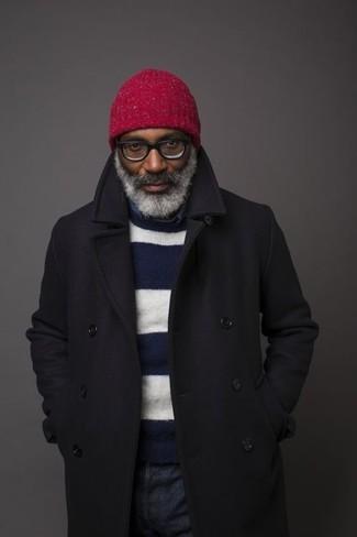Wie kombinieren: schwarzer Mantel, dunkelblauer und weißer horizontal gestreifter Pullover mit einem Rundhalsausschnitt, dunkelblaues Chambray Langarmhemd, dunkelblaue Jeans