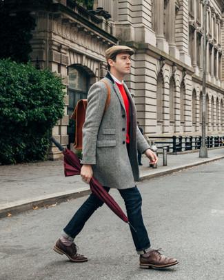 Wie kombinieren: grauer Mantel mit Fischgrätenmuster, roter Pullover mit einem Rundhalsausschnitt, weißes Langarmhemd, dunkelblaue Jeans