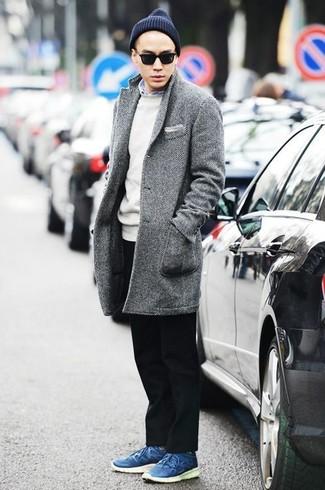 Dunkelblaue Mütze kombinieren: trends 2020: Entscheiden Sie sich für einen grauen Mantel mit Fischgrätenmuster und eine dunkelblaue Mütze für einen entspannten Wochenend-Look. Fühlen Sie sich ideenreich? Wählen Sie blauen Leder niedrige Sneakers.
