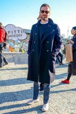 Anzughose kombinieren: trends 2020: Erwägen Sie das Tragen von einem dunkelblauen Mantel und einer Anzughose, um vor Klasse und Perfektion zu strotzen. Fühlen Sie sich mutig? Ergänzen Sie Ihr Outfit mit weißen Segeltuch niedrigen Sneakers.