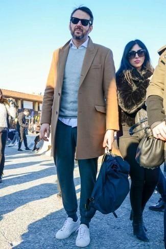 Dunkelgraue Jogginghose kombinieren: trends 2020: Kombinieren Sie einen camel Mantel mit einer dunkelgrauen Jogginghose für ein bequemes Outfit, das außerdem gut zusammen passt. Machen Sie diese Aufmachung leger mit weißen Leder niedrigen Sneakers.