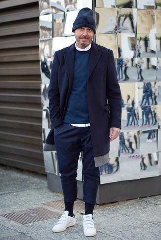 Dunkelblaue Socken kombinieren: trends 2020: Halten Sie Ihr Outfit locker mit einem dunkelblauen Mantel und dunkelblauen Socken. Dieses Outfit passt hervorragend zusammen mit weißen Leder niedrigen Sneakers.