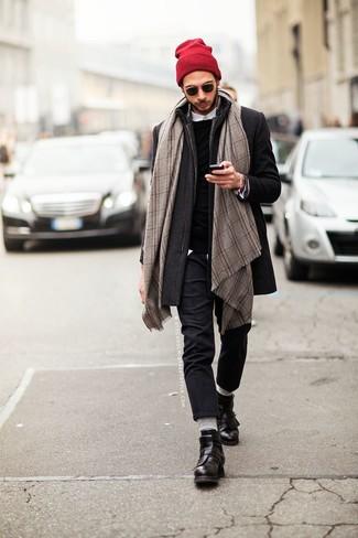 Wie kombinieren: dunkelgrauer Mantel, schwarzer Pullover mit einem Rundhalsausschnitt, weißes Langarmhemd, dunkelgraue Wollanzughose
