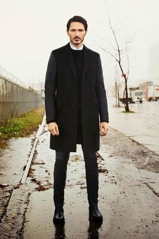 Schwarzen Pullover mit einem Rundhalsausschnitt kombinieren: trends 2020: Kombinieren Sie einen schwarzen Pullover mit einem Rundhalsausschnitt mit dunkelgrauen Jeans für ein Alltagsoutfit, das Charakter und Persönlichkeit ausstrahlt. Schwarze Chelsea Boots aus Leder sind eine einfache Möglichkeit, Ihren Look aufzuwerten.