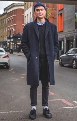 Dunkelblauen Pullover mit einem Rundhalsausschnitt kombinieren: trends 2020: Erwägen Sie das Tragen von einem dunkelblauen Pullover mit einem Rundhalsausschnitt und dunkelgrauen Jeans für ein Alltagsoutfit, das Charakter und Persönlichkeit ausstrahlt. Schwarze Leder niedrige Sneakers sind eine gute Wahl, um dieses Outfit zu vervollständigen.