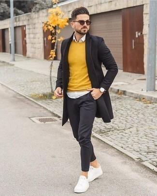 Schwarzen Mantel kombinieren: trends 2020: Tragen Sie einen schwarzen Mantel und eine dunkelgraue Chinohose, um einen modischen Freizeitlook zu kreieren. Fühlen Sie sich mutig? Entscheiden Sie sich für weißen Segeltuch niedrige Sneakers.