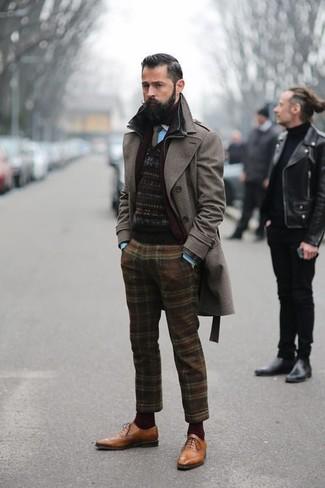 Wie kombinieren: dunkelbrauner Mantel, schwarzer Pullover mit einem Rundhalsausschnitt mit Fair Isle-Muster, türkises Langarmhemd, braune Wollanzughose mit Schottenmuster