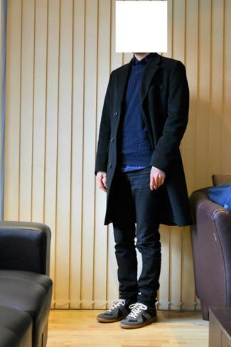 Dunkelblaues und grünes Langarmhemd mit Schottenmuster kombinieren – 246 Herren Outfits: Tragen Sie ein dunkelblaues und grünes Langarmhemd mit Schottenmuster und dunkelblauen Jeans für einen bequemen Alltags-Look. Graue Wildleder niedrige Sneakers fügen sich nahtlos in einer Vielzahl von Outfits ein.