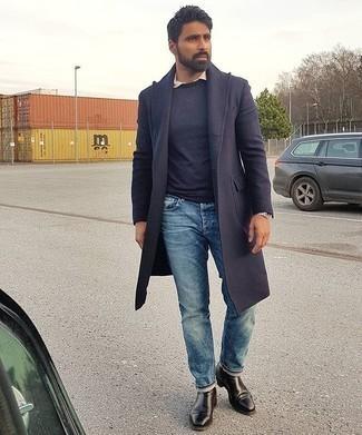 Smart-Casual kalt Wetter Outfits Herren 2020: Paaren Sie einen dunkelblauen Mantel mit blauen Jeans, wenn Sie einen gepflegten und stylischen Look wollen. Wählen Sie schwarzen Chelsea Boots aus Leder, um Ihr Modebewusstsein zu zeigen.