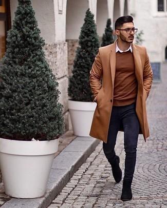 Smart-Casual Outfits Herren 2020: Kombinieren Sie einen camel Mantel mit dunkelblauen engen Jeans für einen bequemen Alltags-Look. Entscheiden Sie sich für schwarzen Chelsea Boots aus Wildleder, um Ihr Modebewusstsein zu zeigen.