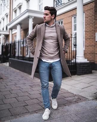 Hellblaue Jeans kombinieren – 500+ Herren Outfits: Kombinieren Sie einen camel Mantel mit hellblauen Jeans für Drinks nach der Arbeit. Wenn Sie nicht durch und durch formal auftreten möchten, vervollständigen Sie Ihr Outfit mit weißen Segeltuch niedrigen Sneakers.