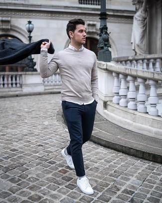 Dunkelblauen Mantel kombinieren – 88 Herren Outfits: Tragen Sie einen dunkelblauen Mantel und eine dunkelblaue Chinohose für einen für die Arbeit geeigneten Look. Weiße Segeltuch niedrige Sneakers liefern einen wunderschönen Kontrast zu dem Rest des Looks.