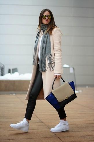 Wie kombinieren: hellbeige Mantel, weißer Pullover mit einem Rundhalsausschnitt, schwarze Lederleggings, weiße hohe Sneakers aus Leder