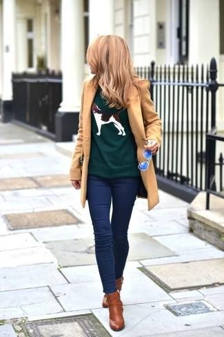 Olivgrünen Pullover mit einem Rundhalsausschnitt kombinieren – 42 Damen Outfits: Probieren Sie die Kombination aus einem olivgrünen Pullover mit einem Rundhalsausschnitt und dunkelblauen Jeansleggings, umein aufregenden, entspanntes Outfit zu kreieren, der im Kleiderschrank der Frau auf keinen Fall fehlen darf. Ergänzen Sie Ihr Look mit braunen Leder Stiefeletten.