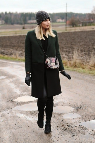 dunkelgrüner Mantel, schwarzer Pullover mit einem Rundhalsausschnitt, schwarze Lederleggings, schwarze Overknee Stiefel aus Wildleder für Damen