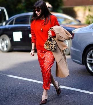 Wie kombinieren: beige Mantel, roter Pullover mit einem Rundhalsausschnitt, rotes bedrucktes Seide Maxikleid, dunkelrote Leder Pantoletten