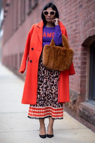 Wie kombinieren: roter Mantel, violetter bedruckter Pullover mit einem Rundhalsausschnitt, mehrfarbiger Midirock mit Leopardenmuster, schwarze Leder Pumps