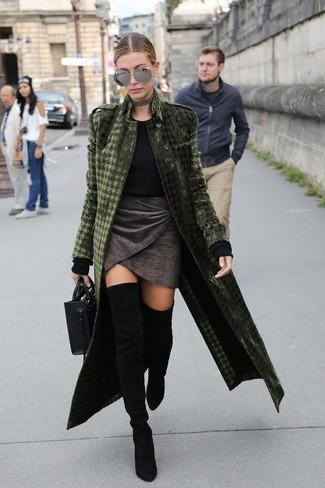 Wie kombinieren: olivgrüner Samtmantel, schwarzer Pullover mit einem Rundhalsausschnitt, dunkelgrauer Samt Minirock, schwarze Overknee Stiefel aus Wildleder