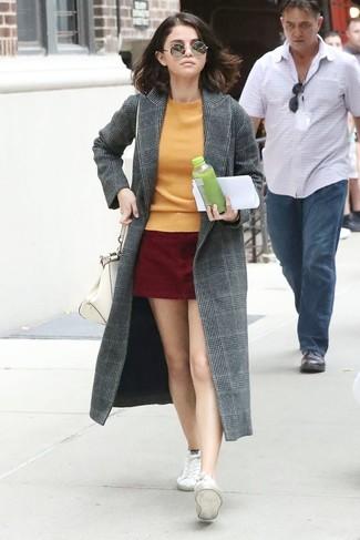 ... Mantel mit Schottenmuster, orange Pullover mit einem Rundhalsausschnitt,  dunkelroter Wildleder Minirock, weiße Segeltuch niedrige Sneakers    Damenmode a201af27ac