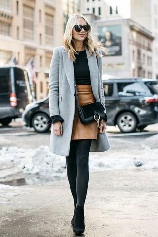 Wie kombinieren: grauer Mantel, schwarzer Pullover mit einem Rundhalsausschnitt, beige Leder Minirock, schwarze Wildleder Stiefeletten