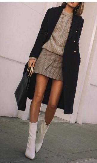 Wie kombinieren: schwarzer Mantel, brauner Pullover mit einem Rundhalsausschnitt, brauner Minirock mit Karomuster, weiße Leder Stiefeletten