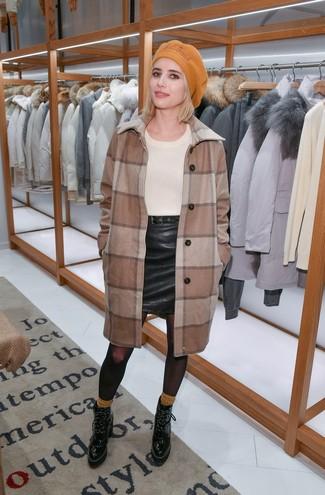 Wie kombinieren: brauner Mantel mit Karomuster, hellbeige Pullover mit einem Rundhalsausschnitt, schwarzer Leder Minirock, schwarze Schnürstiefeletten aus Leder