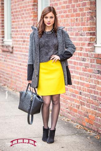 Wie kombinieren: dunkelgrauer Mantel mit Fischgrätenmuster, dunkelgrauer flauschiger Pullover mit einem Rundhalsausschnitt, gelber Leder Minirock, schwarze Wildleder Stiefeletten