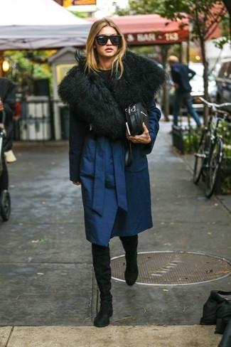Wie kombinieren: dunkelblauer Mantel, schwarzer Pullover mit einem Rundhalsausschnitt, schwarze Overknee Stiefel aus Wildleder, schwarze Leder Umhängetasche