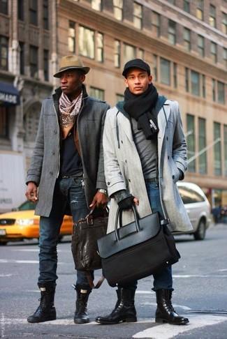 Wie kombinieren: grauer Mantel, grauer Pullover mit einem Rundhalsausschnitt, dunkelblauer Pullover mit einem Kapuze, blaue Jeans