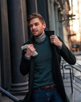 dunkelgrüner Mantel, dunkelgrüner Pullover mit einem Rundhalsausschnitt, grauer Rollkragenpullover, dunkelblaue Jeans für Herren
