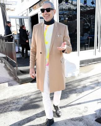 Wie kombinieren: camel Mantel, weißer Mit Batikmuster Pullover mit einem Rundhalsausschnitt, schwarzer Rollkragenpullover, weiße Jeans