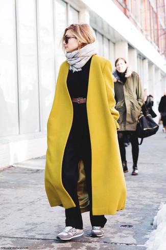 Graue Wildleder niedrige Sneakers kombinieren – 9 Damen Outfits: Diese Paarung aus einem senf Mantel und einer schwarzen Schlaghose bietet die optimale Balance zwischen einem Tomboy-Look und modischem Schick. Graue Wildleder niedrige Sneakers verleihen einem klassischen Look eine neue Dimension.