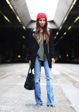 Wie kombinieren: schwarzer Mantel, schwarzer und weißer horizontal gestreifter Pullover mit einem Rundhalsausschnitt, hellblaue Schlagjeans, schwarze Shopper Tasche aus Leder