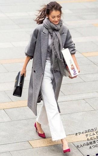 Wie kombinieren: grauer Mantel, grauer Pullover mit einem Rundhalsausschnitt, weiße Schlagjeans, rote Wildleder Pumps