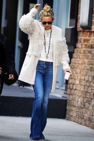 Wie kombinieren: weißer Fleece-Mantel, weißer Pullover mit einem Rundhalsausschnitt, blaue Schlagjeans, schwarze Wildleder Stiefeletten