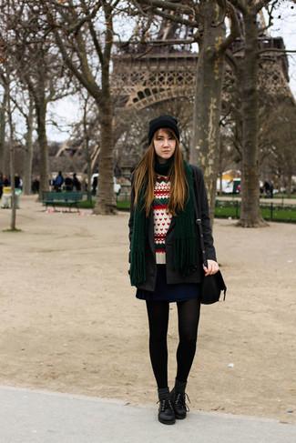 Wie kombinieren: dunkelgrauer Mantel, weißer Pullover mit einem Rundhalsausschnitt mit Fair Isle-Muster, dunkelblauer Skaterrock, schwarze Leder Oxford Schuhe