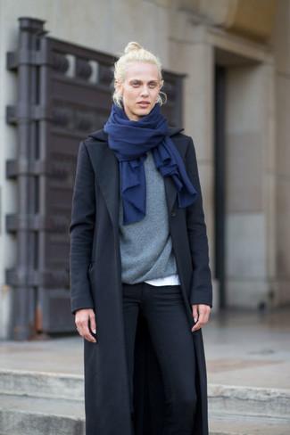 schwarzer Mantel, grauer Pullover mit einem Rundhalsausschnitt, weißes T-Shirt mit einem Rundhalsausschnitt, schwarze enge Jeans für Damen