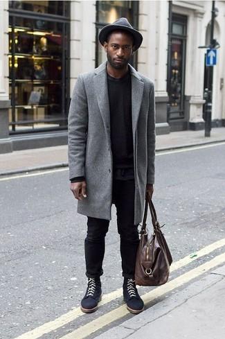 Wie kombinieren: grauer Mantel, schwarzer Pullover mit einem Rundhalsausschnitt, schwarzes T-Shirt mit einem Rundhalsausschnitt, schwarze Jeans