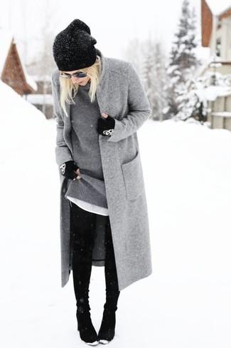 Grauen Pullover mit einem Rundhalsausschnitt kombinieren – 21 Winter Damen Outfits: Tragen Sie einen grauen Pullover mit einem Rundhalsausschnitt und schwarzen enge Jeans, um mühelos alles zu meistern, was auch immer der Tag bringen mag. Schwarze Wildleder Stiefeletten sind eine gute Wahl, um dieses Outfit zu vervollständigen. Dieser Look ist ideal für den Winter geeignet.