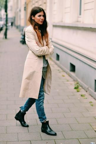 Wie kombinieren: hellbeige Mantel, grauer Pullover mit einem Rundhalsausschnitt, graues T-Shirt mit einem Rundhalsausschnitt, blaue Boyfriend Jeans