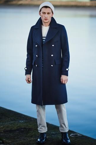 Wie kombinieren: dunkelblauer Mantel, weißer und schwarzer horizontal gestreifter Pullover mit einem Rundhalsausschnitt, weißes T-Shirt mit einem Rundhalsausschnitt, weiße Jeans