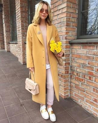 Wie kombinieren: gelber Mantel, rosa Pullover mit einem Rundhalsausschnitt, weißes T-Shirt mit einem Rundhalsausschnitt, rosa Chinohose
