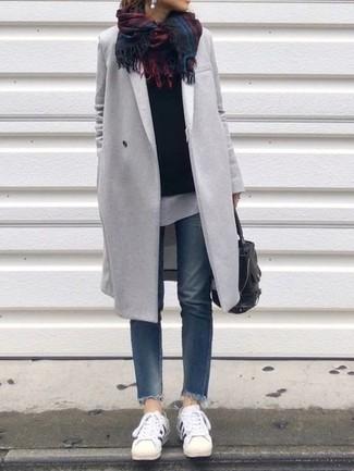 Wie kombinieren: grauer Mantel, schwarzer Pullover mit einem Rundhalsausschnitt, weißes T-Shirt mit einem Rundhalsausschnitt, blaue Jeans