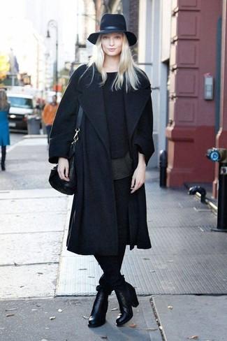 Wie kombinieren: schwarzer Mantel, schwarzer Pullover mit einem Rundhalsausschnitt, schwarzes T-Shirt mit einem Rundhalsausschnitt, schwarze enge Hose