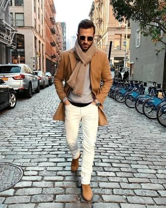 Wie kombinieren: camel Mantel, grauer Pullover mit einem Rundhalsausschnitt, schwarzes T-Shirt mit einem Rundhalsausschnitt, weiße enge Jeans