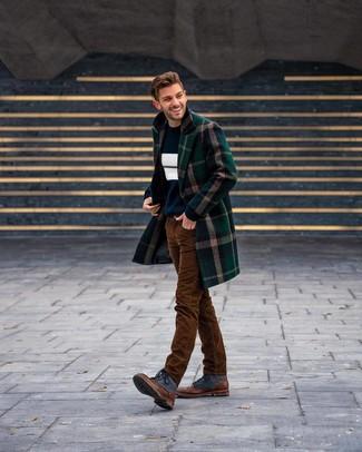 Wie kombinieren: dunkelgrüner Mantel mit Schottenmuster, dunkelblauer und weißer horizontal gestreifter Pullover mit einem Rundhalsausschnitt, weißes T-Shirt mit einem Rundhalsausschnitt, braune Cordjeans