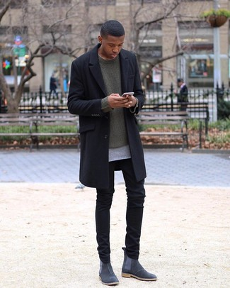 20 Jährige: Schwarze Chinohose kombinieren: trends 2020: Die Kombination aus einem schwarzen Mantel und einer schwarzen Chinohose eignet sich hervorragend zum Ausgehen oder für modisch-lässige Anlässe. Fühlen Sie sich ideenreich? Entscheiden Sie sich für dunkelgrauen Chelsea-Stiefel aus Wildleder.